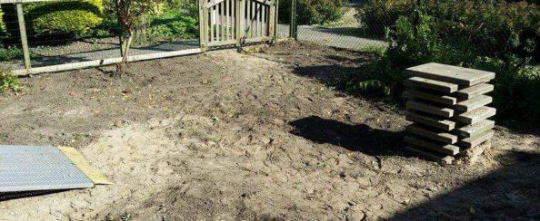 Achtertuin met composiet terras en stenen plantenbakken november 2015 foto 1